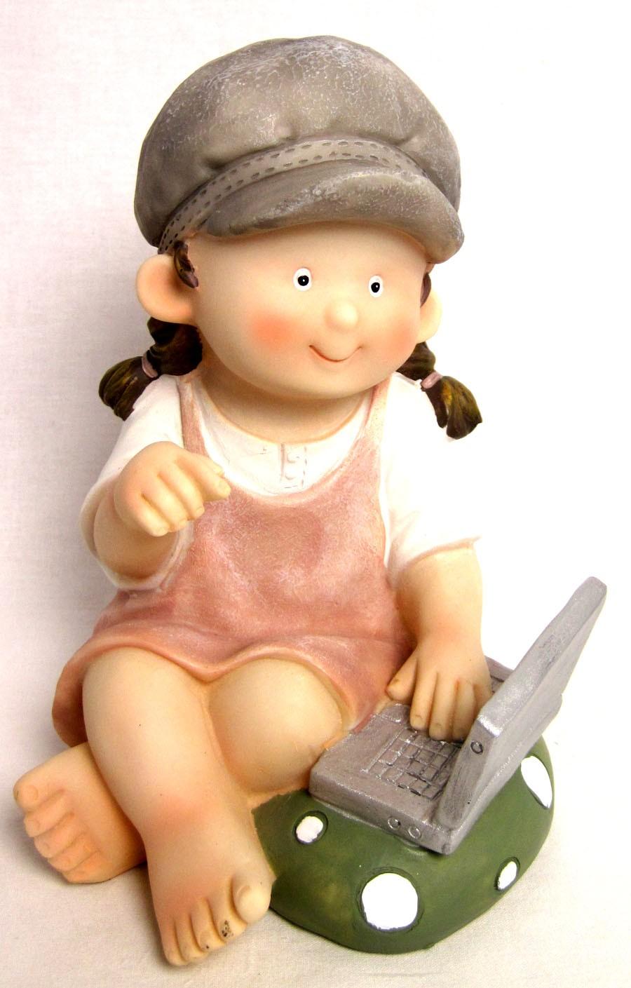 Kinderfigur Mädchen mit Laptop aus Polyresin ca. 20 cm hoch