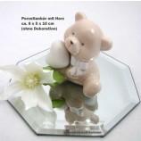 Porzellanbär mit Herz rechts, sitzend Beige/Weiß ca. 6 x 5 x 10 cm